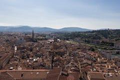 与红色屋顶在一个晴天,托斯卡纳,意大利的佛罗伦丁的都市风景 库存图片
