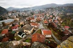 与红色屋顶老房子的都市风景 免版税库存照片