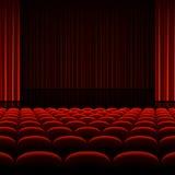 与红色帷幕和位子的剧院内部 免版税库存图片