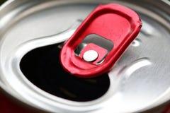 与红色延伸圈特写镜头的铝罐 免版税库存图片