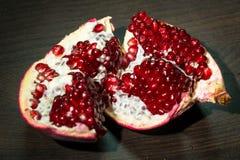 与红色开胃水多的种子的被打开的成熟石榴果子,分离从果皮 库存图片