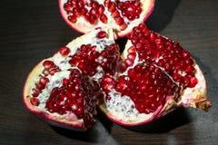 与红色开胃水多的种子的被打开的成熟石榴果子,分离从果皮 图库摄影