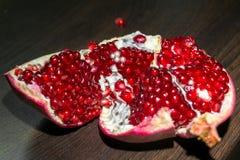 与红色开胃水多的种子的被打开的成熟石榴果子,分离从果皮 免版税库存图片