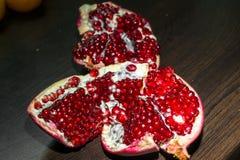 与红色开胃水多的种子的被打开的成熟石榴果子,分离从果皮 免版税库存照片