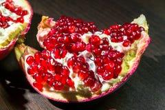 与红色开胃水多的种子的被打开的成熟石榴果子,分离从果皮 库存照片
