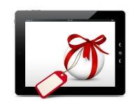 与红色弓、空白的礼物优惠券和eBook读者的白色球形 库存照片