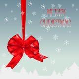 与红色弓丝带的圣诞节纸牌 背景蓝色雪花白色冬天 免版税库存照片