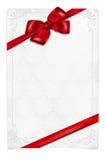与红色弓和花饰的纸牌 免版税库存图片