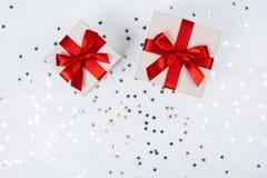 与红色弓的两个礼物 库存图片
