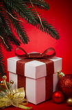 与红色弓的圣诞节礼品 免版税库存图片
