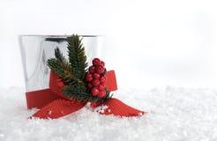 与红色弓的圣诞节蜡烛在雪 免版税库存照片