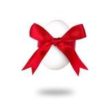 与红色弓的复活节彩蛋。 免版税库存照片