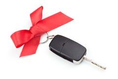 与红色弓的汽车钥匙 免版税库存照片