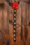 与红色弓的雪橇铃 库存照片