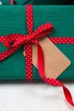 与红色弓的绿色包裹标签 库存图片