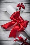 与红色弓礼物的纸纸卷把假日概念装箱 库存图片