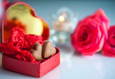 与红色心形的箱子的浪漫风景有巧克力心脏的 库存图片