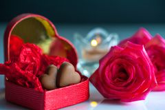 与红色心形的箱子的浪漫风景有巧克力心脏的 免版税图库摄影