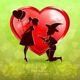 与红色心脏和两个恋人,明信片剪影的绿色设计  库存例证