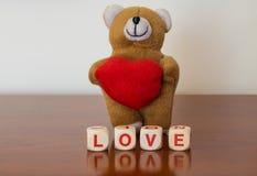 与红色心脏和爱词的玩具熊 免版税库存图片