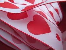 与红色心脏和边界的一条丝带 图库摄影