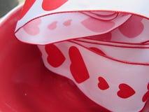 与红色心脏和边界的一条丝带 库存照片