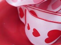 与红色心脏和边界的一条丝带 库存图片