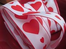 与红色心脏和边界的一条丝带 免版税库存照片