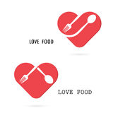 与红色心脏形状传染媒介的匙子和叉子商标设计元素 免版税库存照片