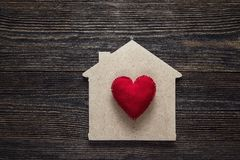 与红色心脏形状的家庭标志在木背景 库存图片
