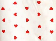 与红色心脏形状的桌布 免版税库存图片