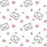 与红色心脏无缝的样式浪漫背景例证的黑白爱邮件信件 免版税库存图片