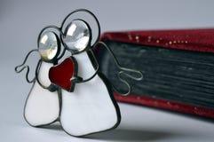 与红色心脏的两个天使 库存照片