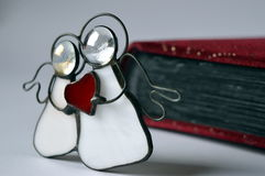 与红色心脏的两个天使 库存图片