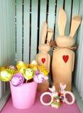 与红色心脏的两只木复活节兔子 库存图片