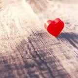与红色心脏的情人节背景在老木板wi 免版税库存照片