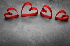 与红色心脏的情人节背景,与裁减路线 免版税库存图片