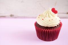 与红色心脏的杯形蛋糕 库存图片