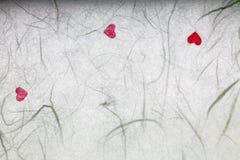 与红色心脏的桑纸 免版税库存照片