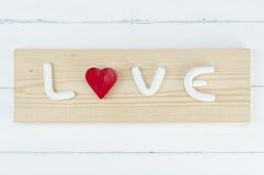 与红色心脏的白色字母表 概念亲吻妇女的爱人 免版税库存图片