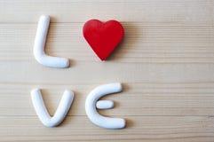 与红色心脏的白色字母表 概念亲吻妇女的爱人 库存照片