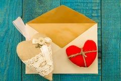 与红色心脏的葡萄酒老信封在木背景 库存照片