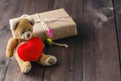 与红色心脏的逗人喜爱的玩具熊 免版税库存照片