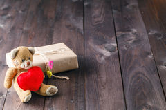 与红色心脏的逗人喜爱的玩具熊 库存图片