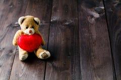 与红色心脏的逗人喜爱的玩具熊 免版税库存图片