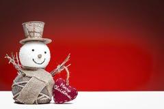 与红色心脏的雪人 免版税库存照片
