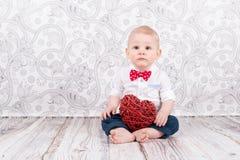 与红色心脏的婴孩姿势 免版税库存图片