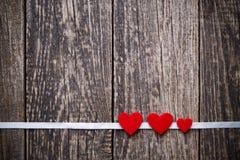 与红色心脏witout文本的布朗木背景 免版税库存图片