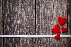 与红色心脏witout文本的布朗木背景 免版税库存照片