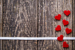 与红色心脏witout文本的布朗木背景 库存照片